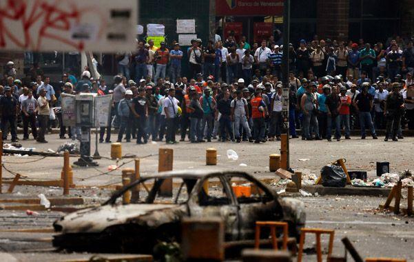 Polarización. Colectivos afines al gobierno se concentran frente a las barricadas de los antichavistas en Caracas.