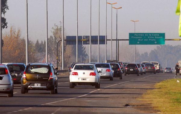 A full. Más de dos mil vehículos por hora pasaban ayer a la mañana por el peaje de Sanborombón