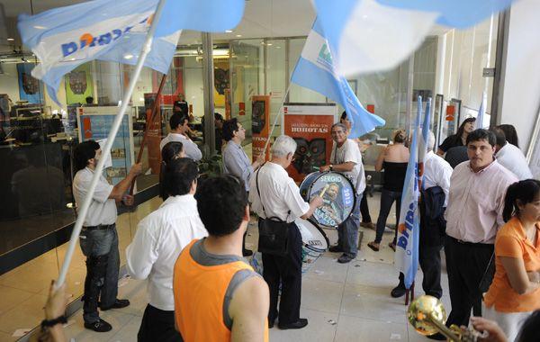 Los empleados se manifestaron dentro de las instalaciones del banco. (Foto: M. Sarlo)