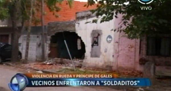 Vecinos de barrio Carlos Casado salieron en defensa de un joven soldadito