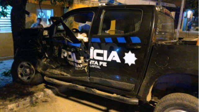 La camioneta de la policía impactó con violencia contra un árbol.