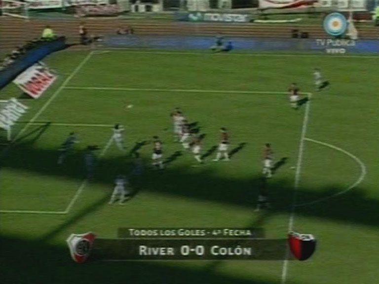 En un pobre partido, River no pudo con Colón y se fue silbado del Monumental
