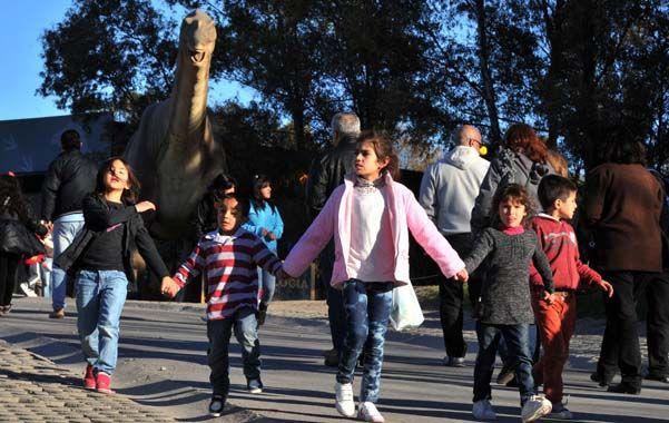 Los únicos privilegiados. Un grupo de chicos y chicas celebraron ayer su día en la feria de Tecnópolis.