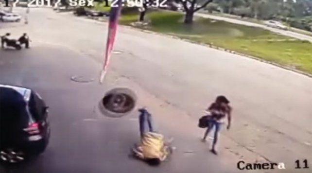 Caminaba por la vereda y un neumático fuera de control lo dejó nocaut