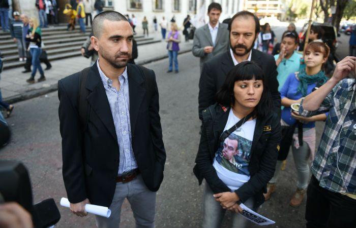 Querellante. Luciana Escobar (a la derecha) fue acompañada ayer a Tribunales por abogados y militantes.