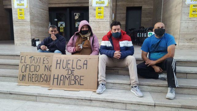 Taxistas y remiseros se manifestaron en contra el desembarco de Uber en la capital de la provincia.