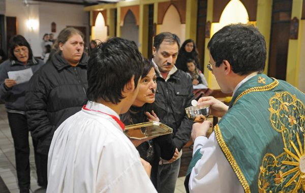 Durante la intervención del grupo el cima fue muy tenso y el padre Hidalgo dudó en darles la comunión a sus fieles.