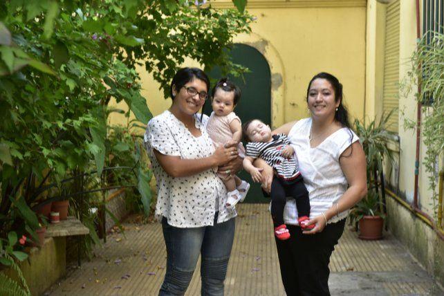 Rocío y sus hijas Sara y Milena. Marianela y su pequeña Malena. Reciben un apoyo incondicional del rector y los profesores del Instituto Nº 16 para cursar la carrera.