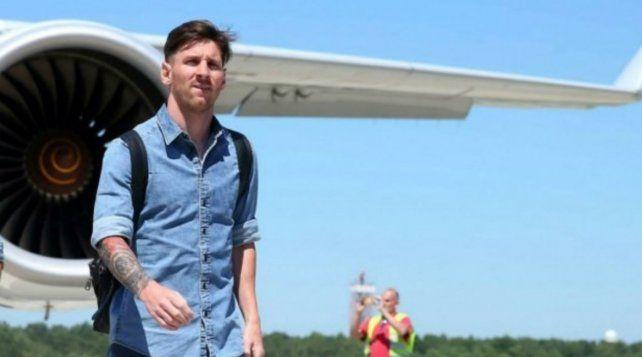 Messi viajó junto a su amigo Suárez y sus compañeros de la selección Lucas Ocampos