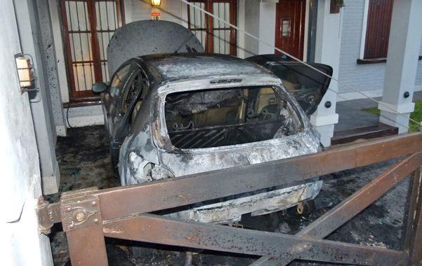 Calcinado. El automóvil de Collins se incendió. El fuego pudo haber alcanzado el interior del inmueble.