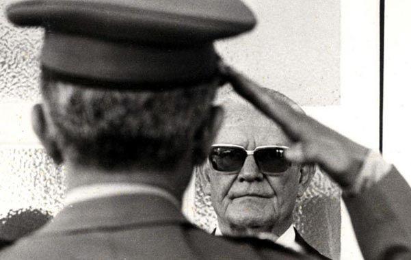 Al mando. Geisel durante una revista militar. El presidente brasileño quería asegurarse la bomba.
