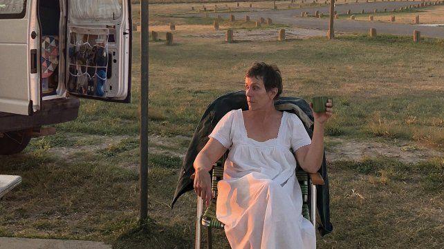 Frances McDormand interpreta a una mujer que ha perdido todo y se lanza a una vida nómade.