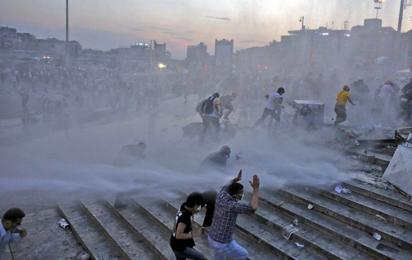 Represión. La plaza y el parque adyacente fueron evacuados a la fuerza.