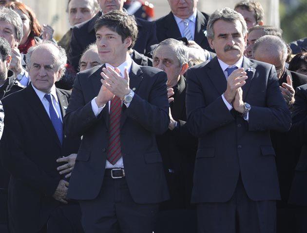 La presidenta pronuncia su discurso en el Monumento. Muy cerca están Rossi