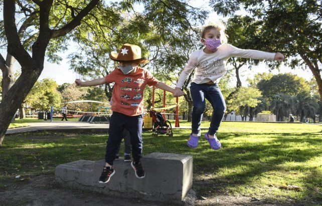 Salto de alegría. Una postal de niños ayer en el centro porteño.
