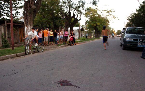 Tarde trágica. Una mancha de sangre en el lugar donde cayó Montenegro.