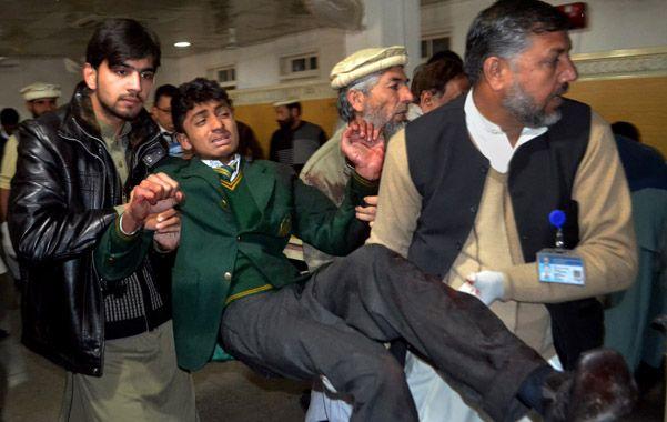 Sobreviviente. Un estudiante herido es trasladado a un hospital para su curación por voluntarios paquistaníes.