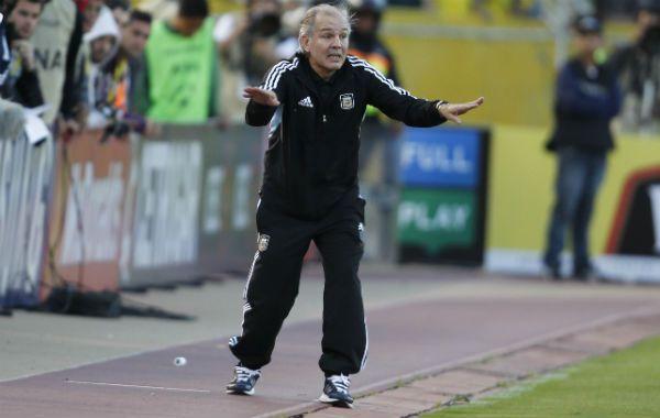 Ya está. El entrenador nacional pide calma porque el partido ya está por terminar.