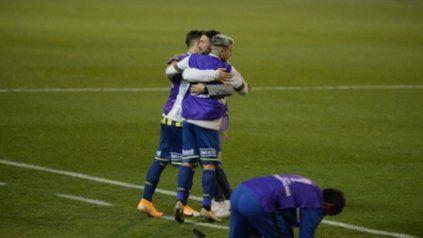 Gracias. Un Kily feliz abraza a sus juveniles delanteros, Martínez Dupuy y Marinelli.