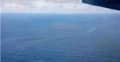 Hallan una gran mancha de combustible y más restos del avión desaparecido en el Atlántico