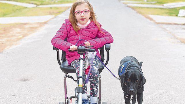 Juntas. Brisa tiene 9 años y está acompañada por la perra Paz