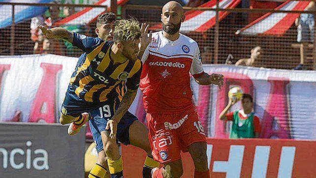 Juego aéreo. Barbieri le gana a Quintana. La pelota estuvo mucho en el aire.