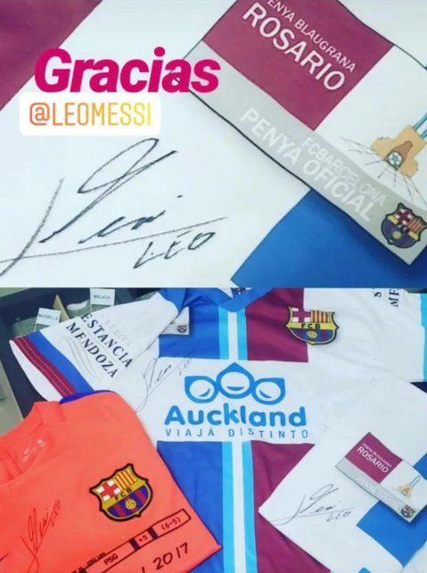 Camisetas de la filial firmadas por Messi que esperan ser subastadas.