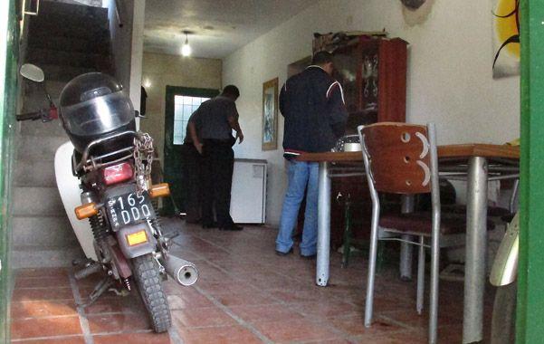 Policías en el living comedor donde fue apresado el joven agresor.
