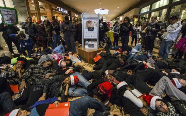 """Protesta. Los manifestantes se desplomaron en un """"mall"""" de St. Louis para conmemorar el crimen de Mike Brown."""