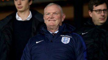 La salida de Clarke, que es además uno de los vicepresidentes de la Fifa, fue anunciada horas después de haberse disculpado por usar el término coloured (de color) para referirse a los futbolistas negros.
