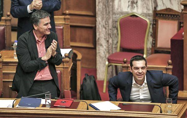 Victoria. El premier Tsipras (der.) y su ministro de Finanzas