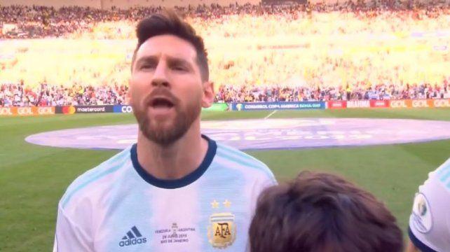 El crack rosarino Lionel Messi sorprendió al entonar el Himno Nacional Argentino.