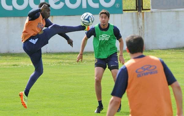 Arriba. El colombiano Valencia busca la pelota mientras Berra se mantiene expectante. El conjunto canalla necesita enfocarse en el torneo.