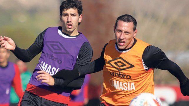 Dividida. Giani y Lema disputan la pelota durante uno de los ejercicios.