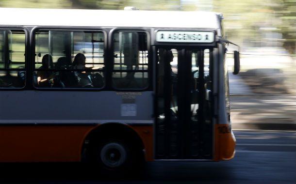 Atraco. El interno 71 de la línea 134 fue asaltado por dos delincuentes en Tiro Suizo. Dos mujeres terminaron en estado de shock tras ser tironeadas.