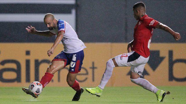 Bahía e Independiente juegan en un campo muy castigado por la lluvia.