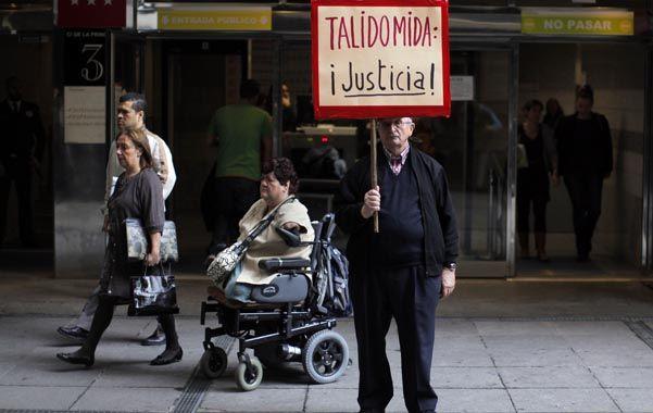 Justicia. El familiar de una mujer que nació sin sus cuatro extremidades reclama frente al tribunal madrileño.
