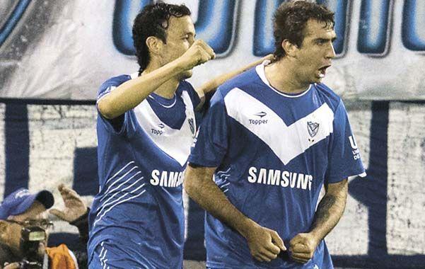 Alegría. Cabral y Pratto festejan el empate parcial del equipo de Gareca.