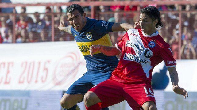 Otros tiempos. Cabral disputa la posesión de la pelota con Tevez.