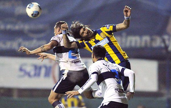 Ni loco. Sebastián Abreu se esfuerza en el salto