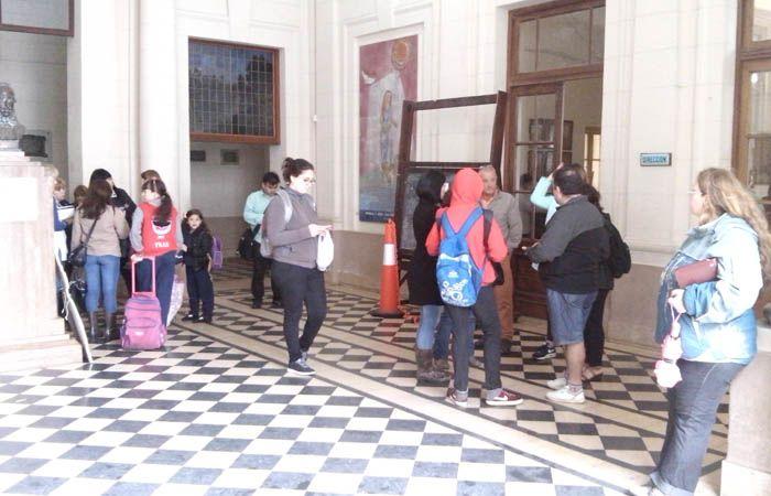 Un grupo de padres aguardan en el hall del Normal 2 para dialogar con las autoridades del colegio. (Foto: A. Amaya)