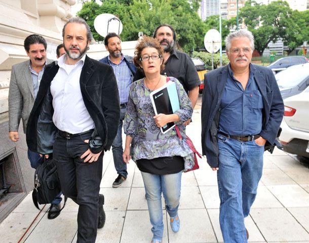 Sonia Alesso encabeza la delegación docente al llegar al Palacio Sarmiento para la reunión paritaria. (Foto: Télam)