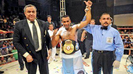 Barros, ex campeón mundial pluma, de 37 años, tiene un palmarés de 43 victorias (22 ko), 7 derrotas y 1 empate.