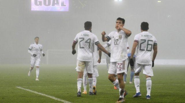 Hirving Lozano festeja su gol que fue el segundo de la tricolor.