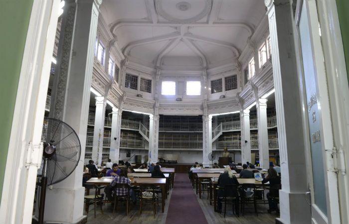 Agobio. El ventilador suele mitigar las jornadas y este verano las puertas de la biblioteca se cierran al mediodía.