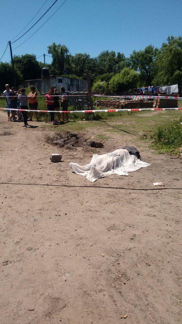 Los vecinos de calle Beruti en Fray Luis Beltrán conmovidos por el asesinato. (Foto Twitter: @rosarioalerta)