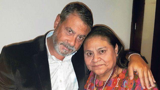 Unidos.Guillermo Whpei y la Nobel de la Paz Rigoberta Menchú.