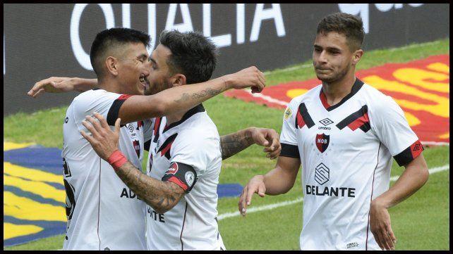 Nacho Scocco y Ramiro Sordo se suman al festejo de Castro que abrió el marcador con un golazo.
