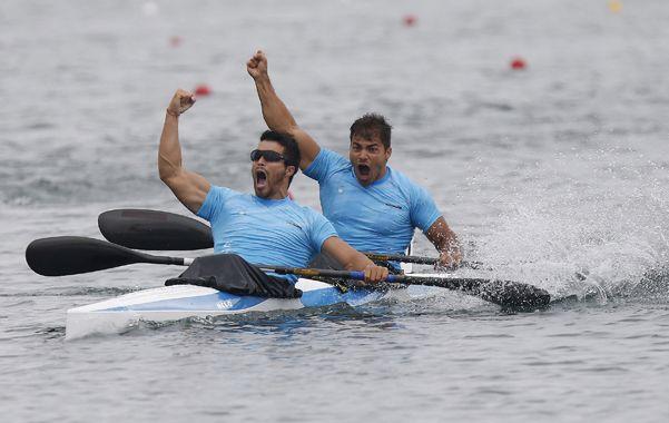 Eufóricos. Di Giácomo y Rézola celebran con ganas la victoria .