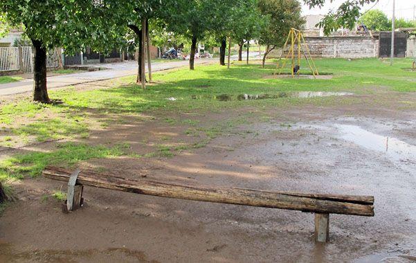 En la plaza. Matías Cano estaba sentado en un tronco al ser asesinado. (Foto: A. Celoria)